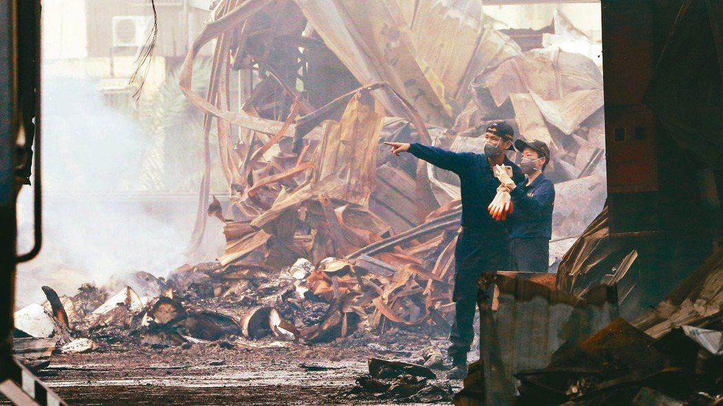 台中違章工廠大火,造成兩名消防員因公殉職,火災調查科工作人員一早到現場採證。 記...