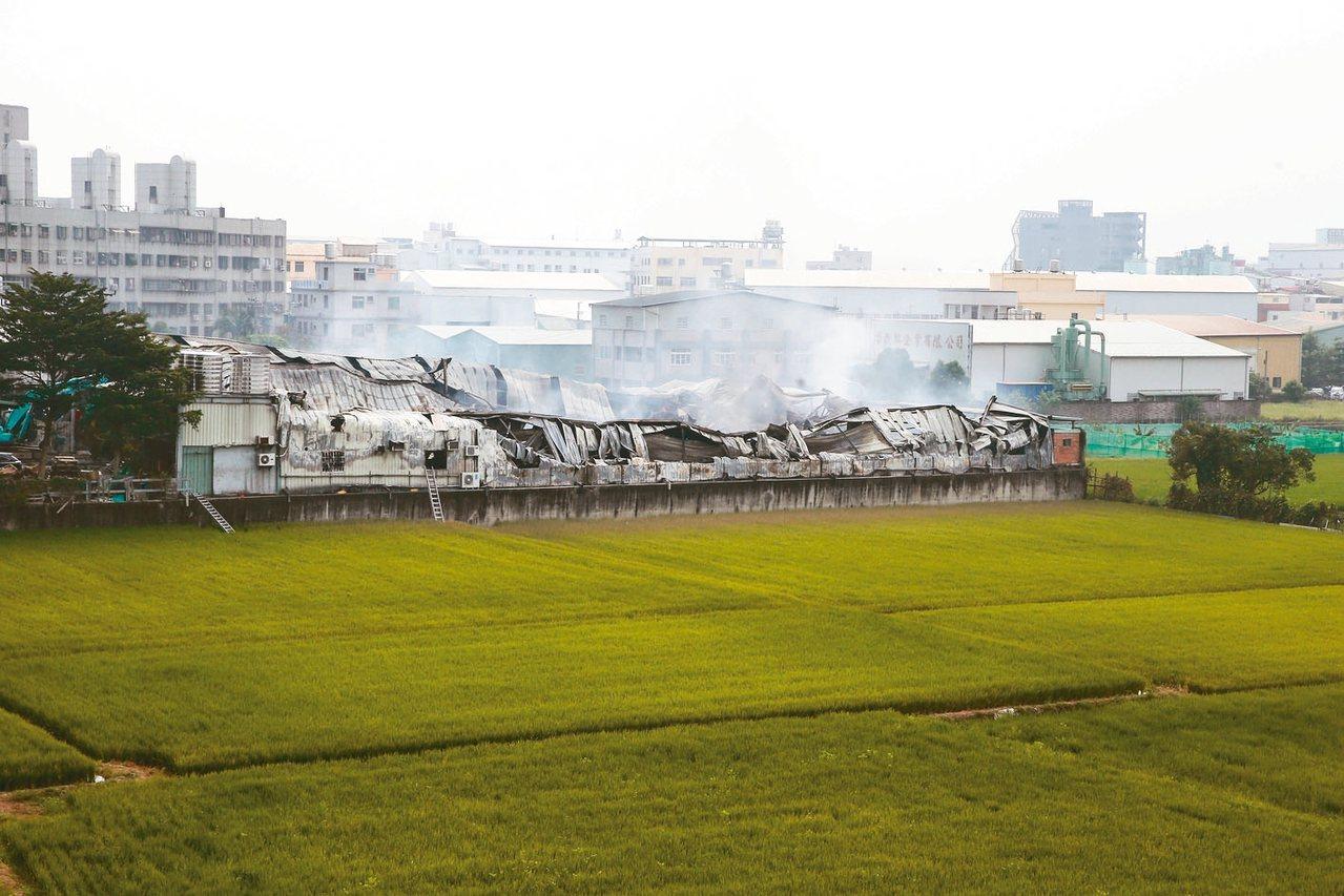 台中違章工廠大火,農地工廠就地合法的問題再度引起外界關注。 記者黃仲裕/攝影