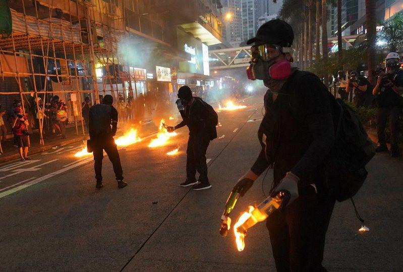 圖為9月29日蒙面示威者在灣仔縱火的資料照片。 中通社