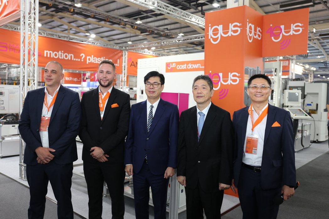 igus直線運動產品事業部總監Jan Kierspel (左一)起、無塵室產品事...