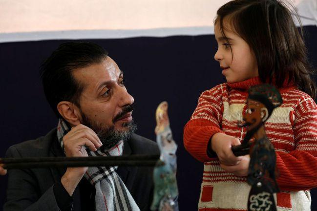 敘利亞皮影戲去年底成為「世界非物質文化遺產」。圖為皮影戲大師哈拉奇在大馬士革表演...