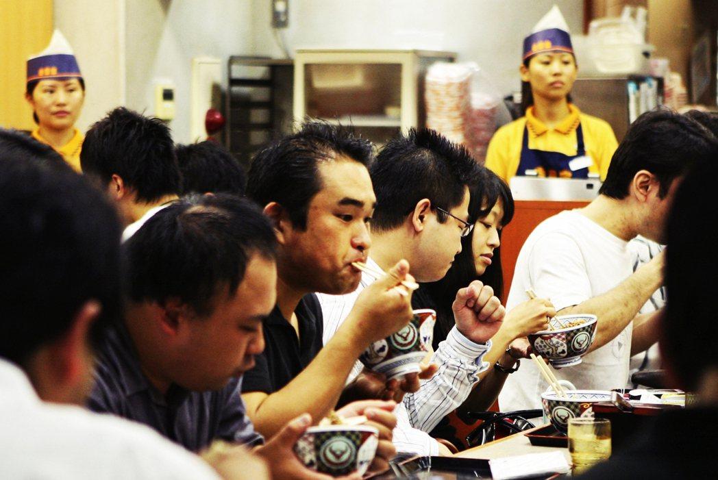 至於餐飲方面則是區分為「內用」與「外帶」兩個部分計算,像是連鎖餐廳吉野家為例,店...