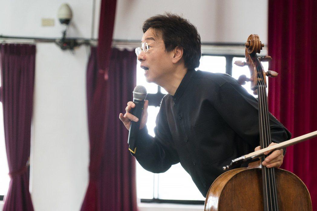 為了讓一般人也能聽懂古典樂,張正傑打破傳統演出模式,拿起麥克風向台下解說。 圖/...