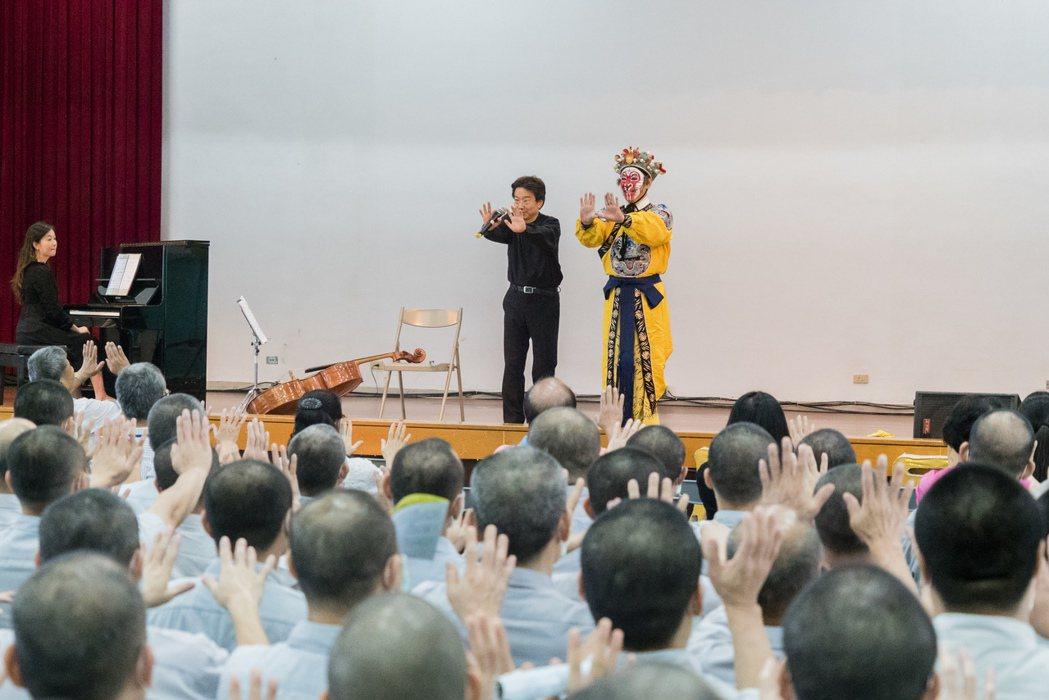 在中鋼集團教育基金會的支持下,大提琴家張正傑攜手京劇大師朱陸豪及鋼琴家王乃加,到...