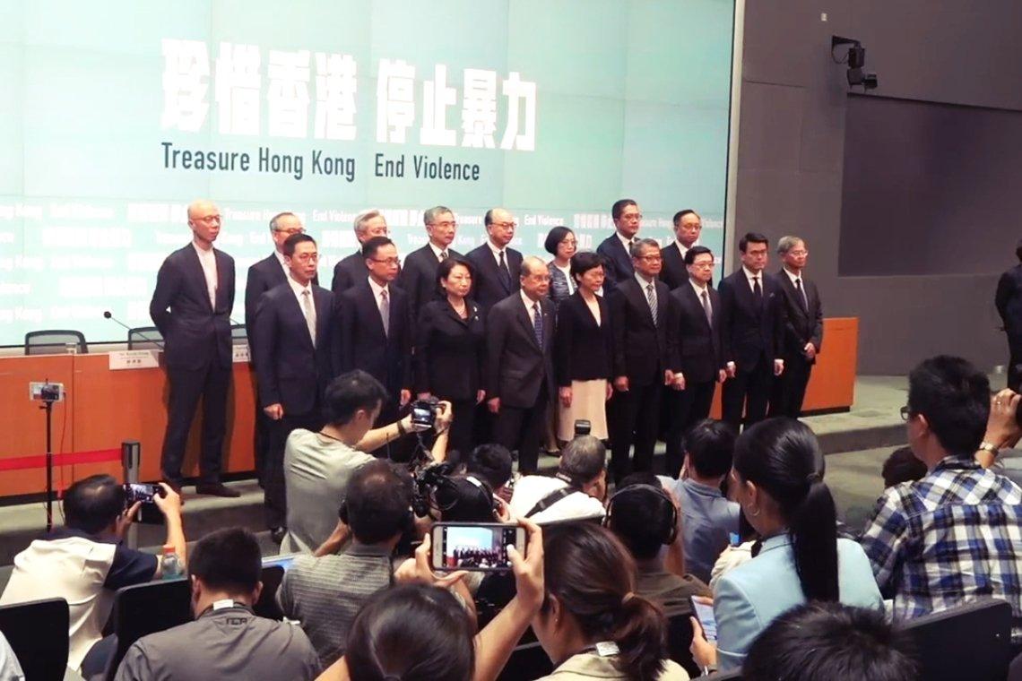 10月4日,林鄭月娥政府出席記者會,宣布《禁蒙面法》。禁令範圍包括面具、口罩、塗...