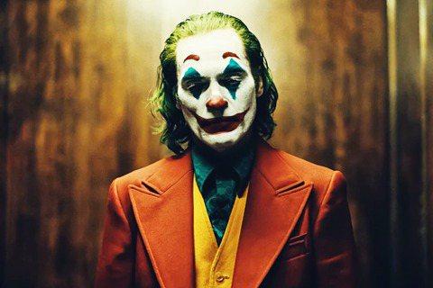 有人質疑《小丑》鼓吹犯罪、也有人疑慮給精神病患貼標籤,甚至憂心有人會趁機模仿犯罪...