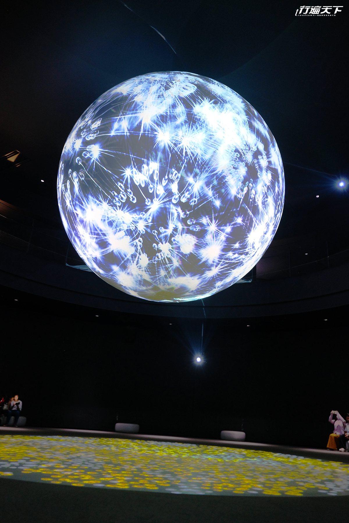 ▲利用光影與投射,讓人彷彿置身宇宙世界中。