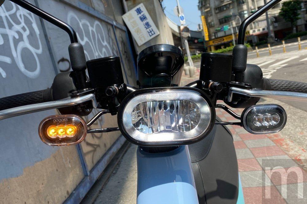 車燈因為龍頭整體設計緣故,僅能固定在手把上,同時為了快速散熱採用金屬燈罩設計,常...