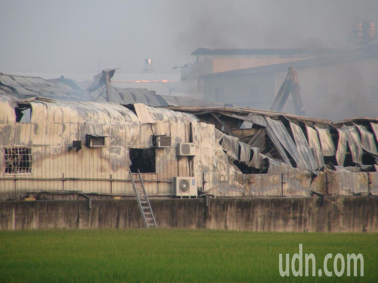 台中市大雅區一處鐵皮工廠昨晨發生大火,造成2名消防員謝志雄、張哲嘉不幸殉職。記者...