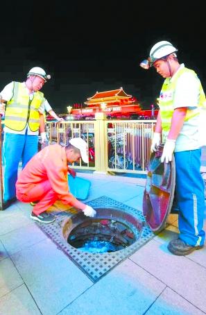 工作人員在天安門廣場滅鼠。(北京日報)