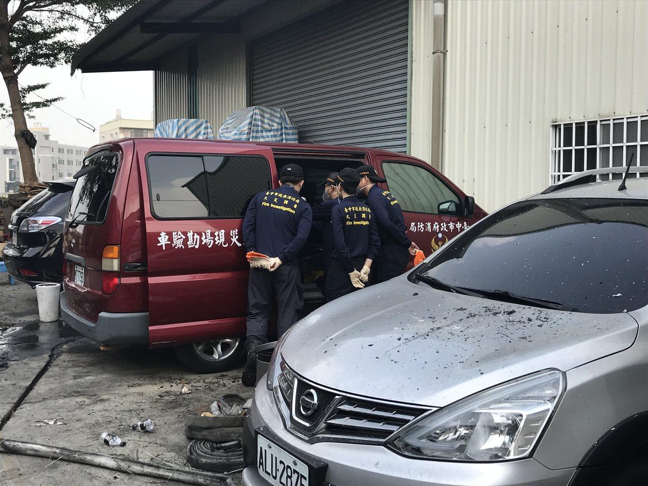 台中市消防局火調科人員一早進駐火警現場,進行勘驗。記者林佩均/攝影