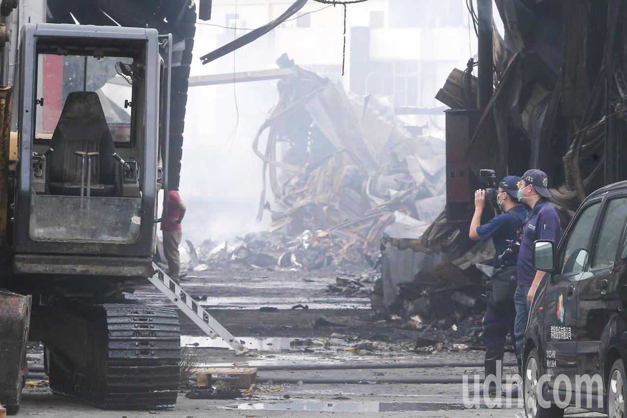 台中違章工廠大火,造成兩名消防員因公殉職,火災調查科工作人員一早到現場採證。記者...