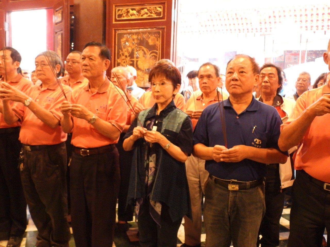 黃秀祝由地方人士陪同到山西宮參拜。記者周宗禎/攝影