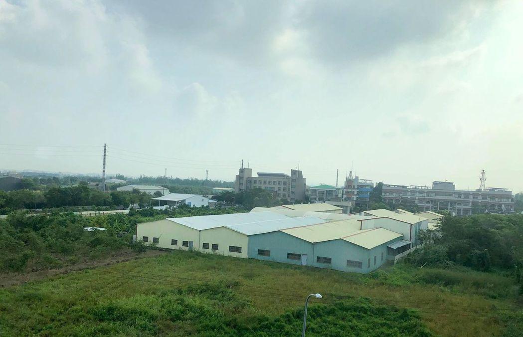 高鐵沿線就可以看到各種農地工廠。圖/讀者提供