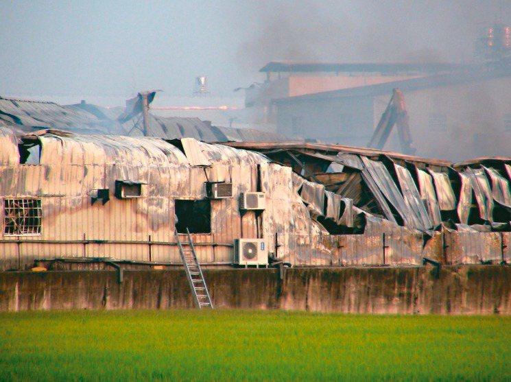 台中市大雅區一處在農地上的鐵皮工廠昨晨發生大火,造成2位消防員罹難 。 記者余采...