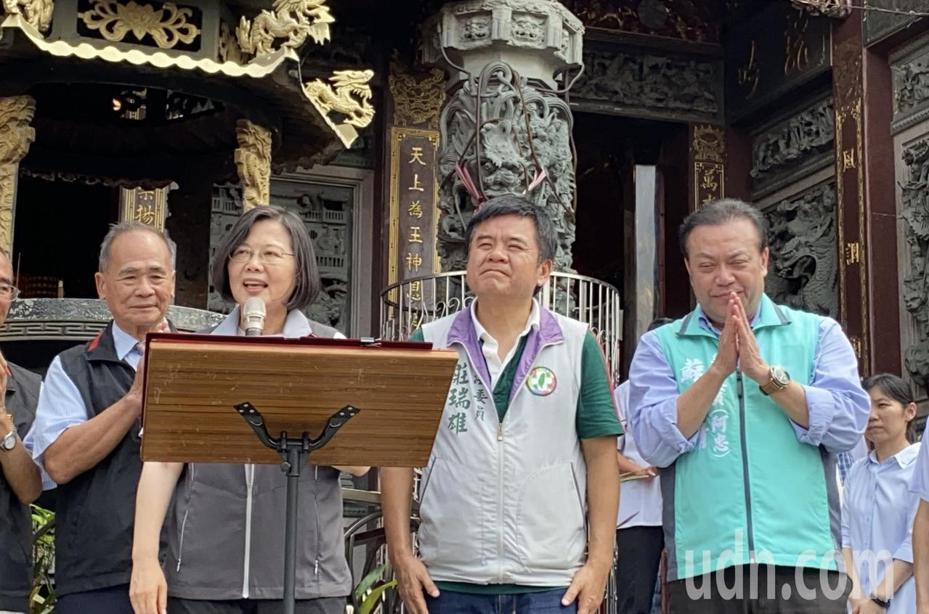 總統蔡英文在屏東萬丹鄉萬惠宮前開講,打出主權牌爭取鄉親支持。記者江國豪/攝影