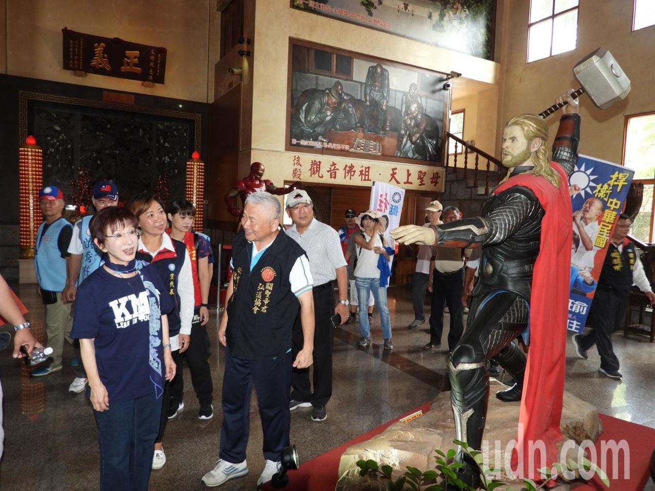 洪秀柱到龍崎文衡殿參拜,父老介紹殿內「復仇者聯盟」英雄雷神索爾。記者周宗禎/攝影