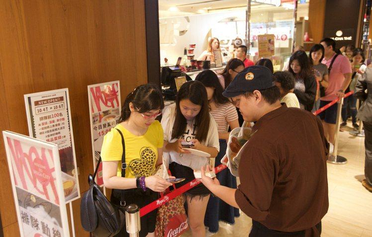 檀島板橋大遠百門市開幕前100位民眾免費贈送蛋撻,掀起排隊潮。圖/大成集團提供