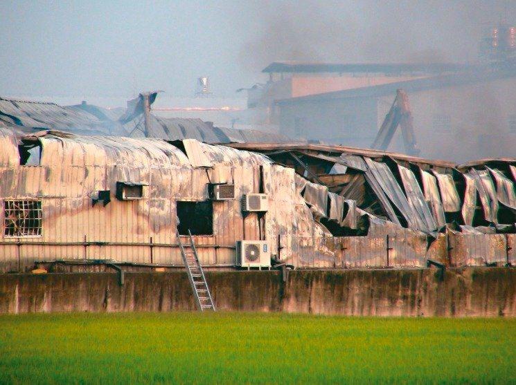 台中市大雅區一處在農地上的鐵皮工廠近日發生大火,造成2名消防員罹難。圖/報系資料照片