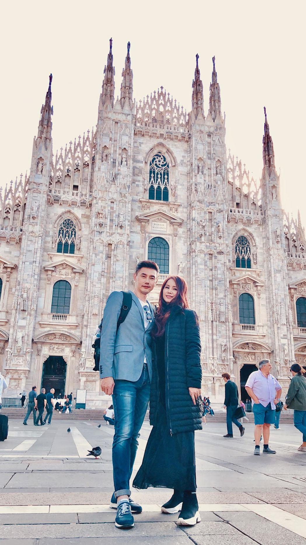包偉銘與老婆劉依純造訪米蘭主座大教堂。圖/翰森娛樂提供