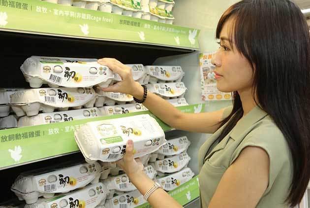 去年家樂福推出「非籠飼雞蛋」專櫃,希望用通路的消費力量支持農民轉型。圖/家樂福提...