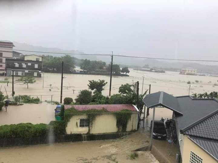 住戶提供往日美濃區東門里「醮廠下」聚落淹水的慘況照片。記者徐白櫻/翻攝