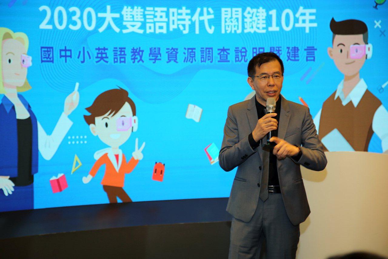 實踐大學應用外語系講座教授陳超明認為,台灣不該僅止於聚焦於校園、師資、教材,更應...