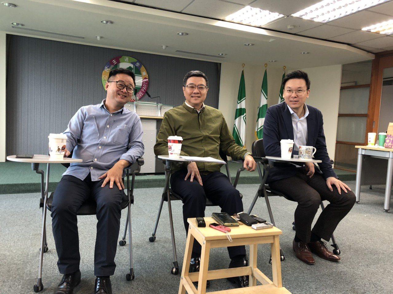 民進黨主席卓榮泰(中)、秘書長羅文嘉(左)及副秘書長林飛帆今天與媒體茶敘。記者丘...