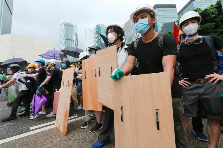香港行政長官林鄭月娥下午公布引用《緊急法》以訂立《禁蒙面法》之決定。帶著口罩的抗...