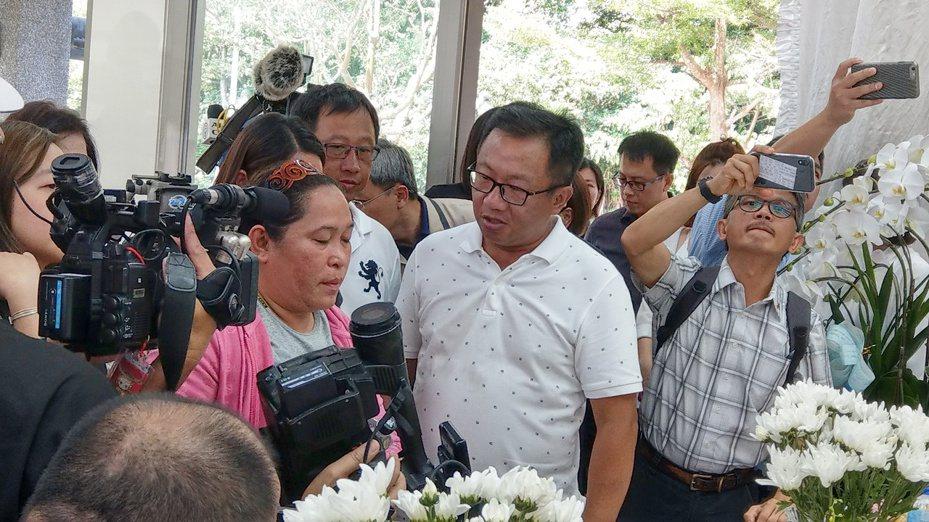 命喪跨海斷橋的菲律賓籍漁工IMPANG GEORGE JAGMIS遺體晚間移置台北某私人殯儀館,GEORGE的妻子今天來台,希望親自帶著先生的遺體「一起回家」。記者戴永華/攝影