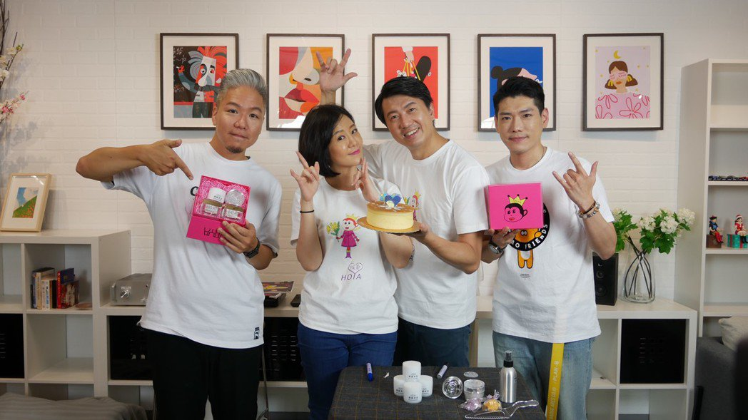 阿甘(左起)、文汶、吳皓昇、小路在「娛樂超skr」節目驚喜慶生。圖/民視提供