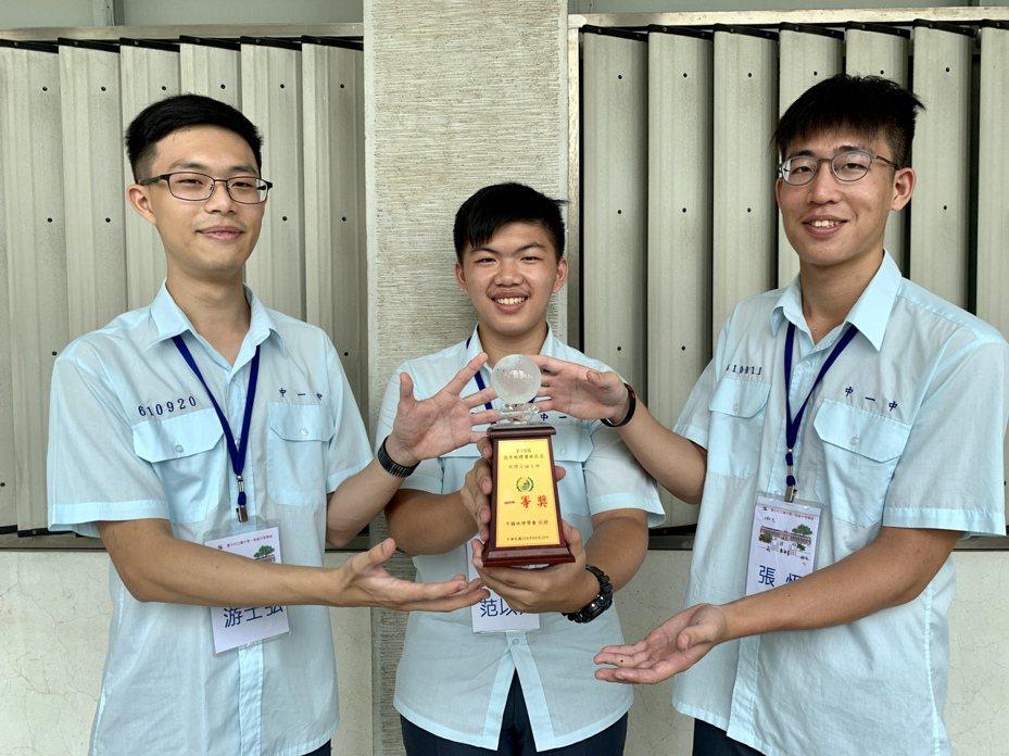 台中一中游士弘(左起)、范以芃、張恆研究「台中惠來福德祠祭祀圈的變遷」,獲高中地理奧林匹亞「地理小論文」團體冠軍。記者喻文玟/攝影