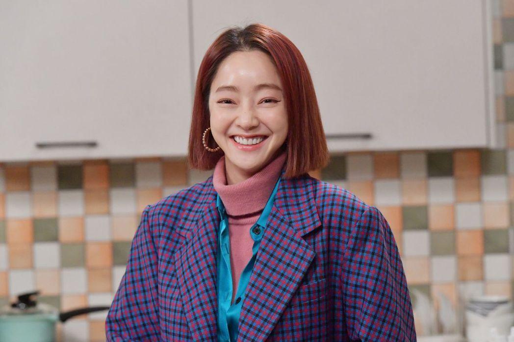 徐孝琳在劇中時尚俐落穿搭,廣受上班族女性喜愛。圖/中天娛樂台提供