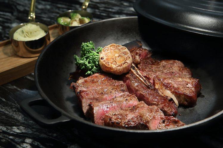 選用Prime等級、28天的乾式熟成牛肉所製的「乾式熟成丁骨牛排」,雙人套餐價4...