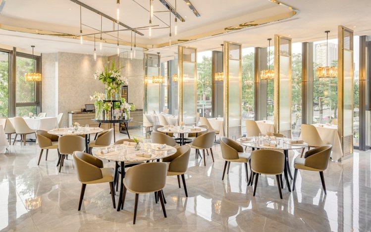 透過大理石、金屬、落地窗等元素,營造出優雅的輕奢華用餐環境。圖/王品提供