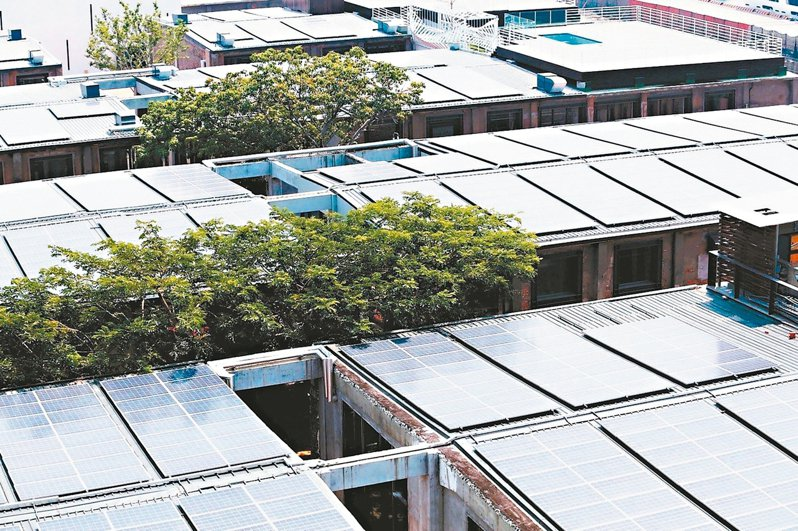 再生能源發展條例明訂「用電大戶」,須設置或購買一定比率的綠電;圖為高雄駁二大義倉庫綠能屋頂。 圖/聯合報系資料照片