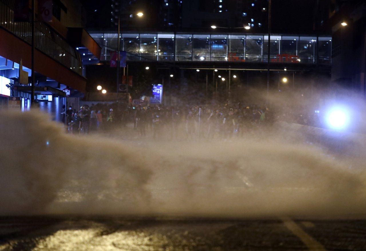 《禁止蒙面規例》凌晨零時生效,多處仍有蒙面抗議民眾不願散去,香港警方強勢推進驅散...