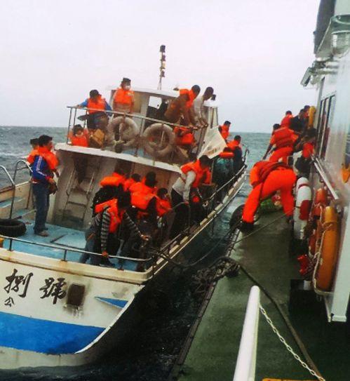 海巡船艇海上救人,常得冒險「跳船」。記者林保光/翻攝