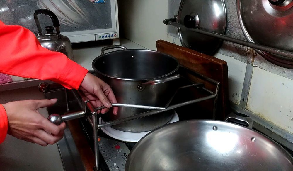 海巡艦艇上廚房爐具、鍋具都要固定,以免被浪打翻。記者林昭彰/攝影