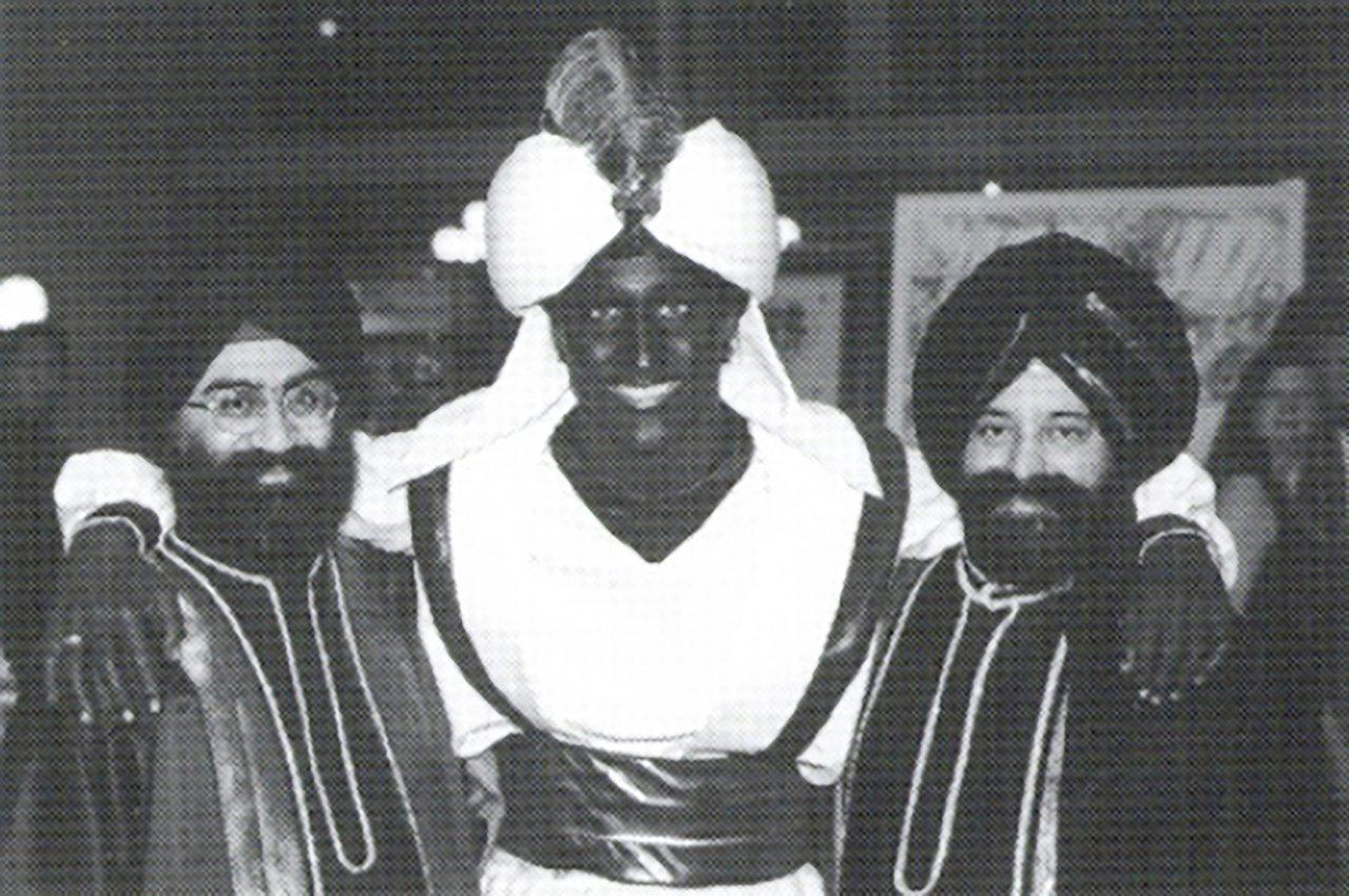 加拿大總理杜魯多(中)被爆出2001年擔任教師時,將臉和手臂塗黑扮成阿拉丁參加「...