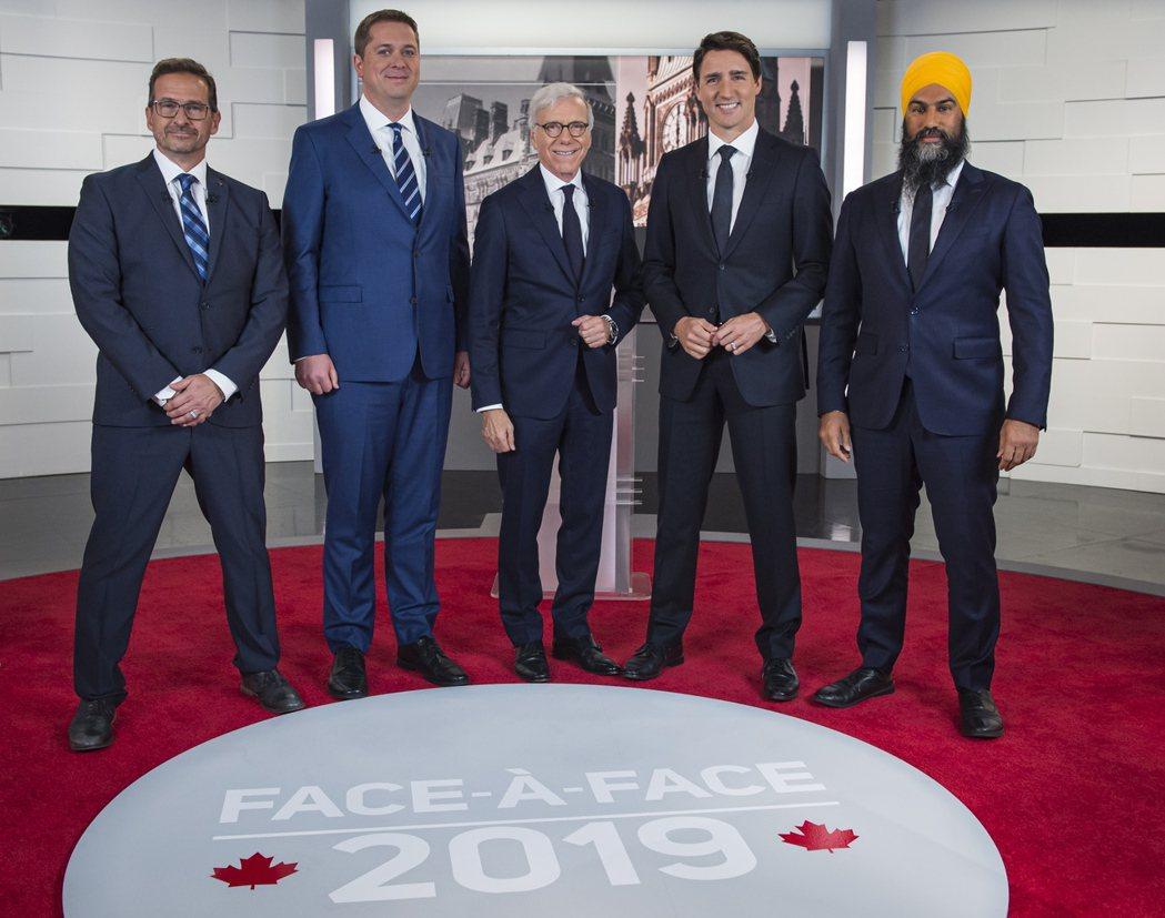 加拿大總理杜魯多(右二)與保守黨黨魁謝爾(左二)2日在電視辯論前與其他黨魁合照。...