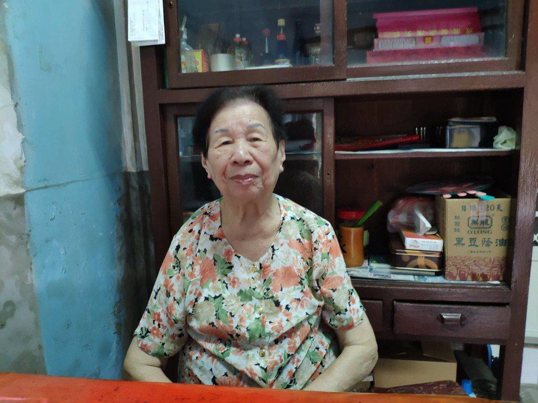 台南後壁「源興商店」是超過3代老店,86歲女主人林洪含笑經營逾30載,日前因「俗...