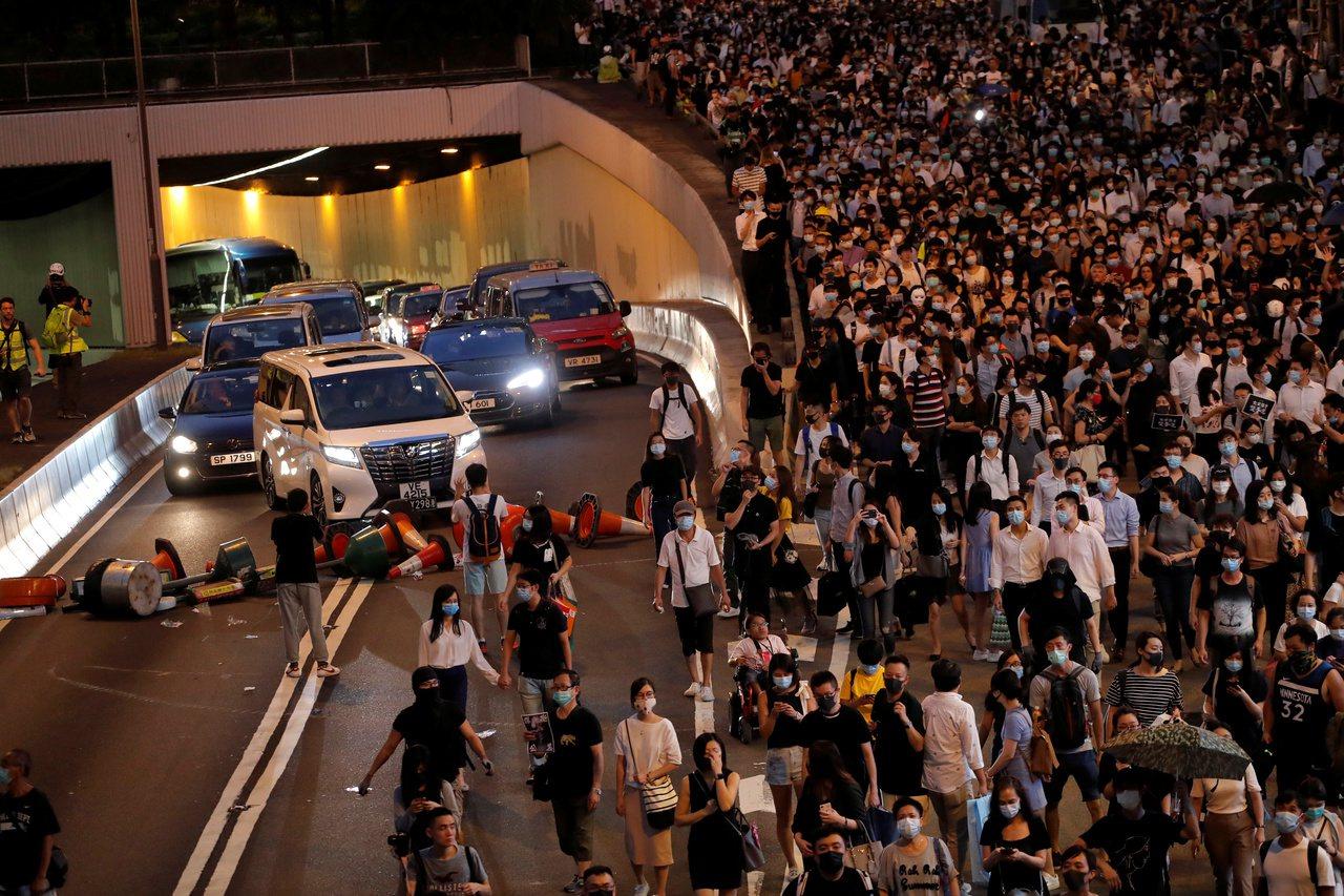 林鄭滅火:港未進入緊急狀態 「這是一個困難但必要的決定」 路透社