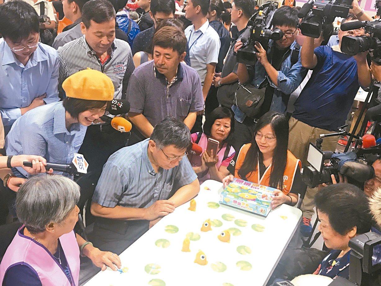 台北市長柯文哲上午參加敬老活動,與長者一起玩桌遊。 記者楊正海/攝影