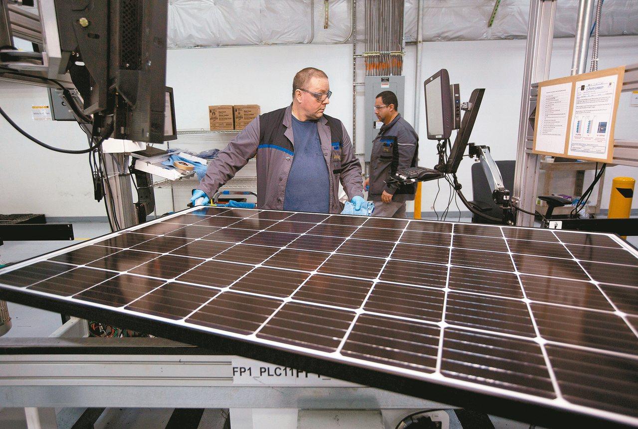 美國太陽能板工廠生產線。 路透