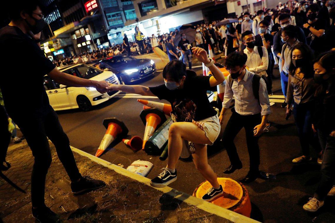 4日下午開始至傍晚,陸續出現大批蒙面示威者,他們憤怒地在街上高喊著「反對惡法!林...