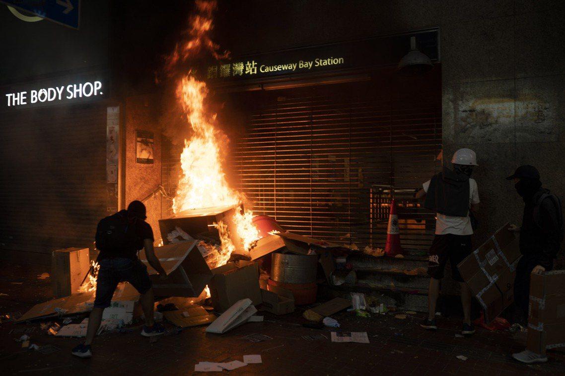 大批「武勇派」的示威群眾也重新集結,針對港鐵車站(831太子爭議,配合港警捕抓打...