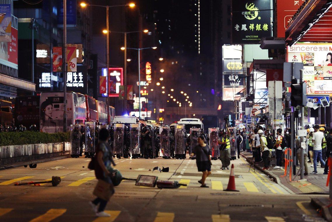 10月5日0時起,香港特區政府透過半世紀未曾啟用的《緊急法》所立定的《禁蒙面法》...