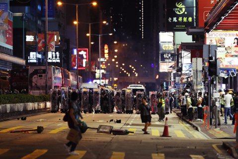香港緊急法的第一夜:14歲少年中槍重傷,全港城市機能停擺