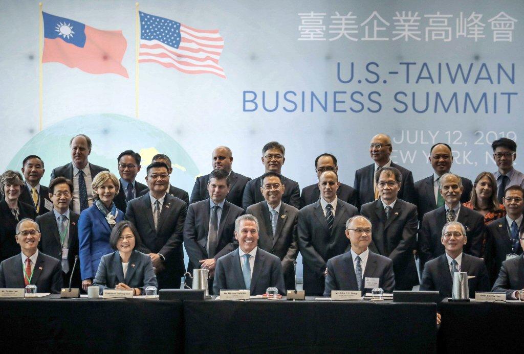無論是中華民國、中華民國台灣或是台灣,我們都必須對我國格有清晰且明確的看法。圖為台美企業高峰會,中華民國旗搭配台灣名稱,是我對外常見處境。 圖/美聯社